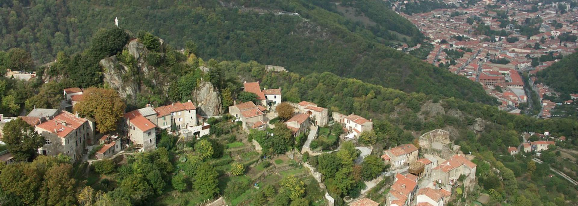 Le hameau de Hautpoul, au loin, Mazamet