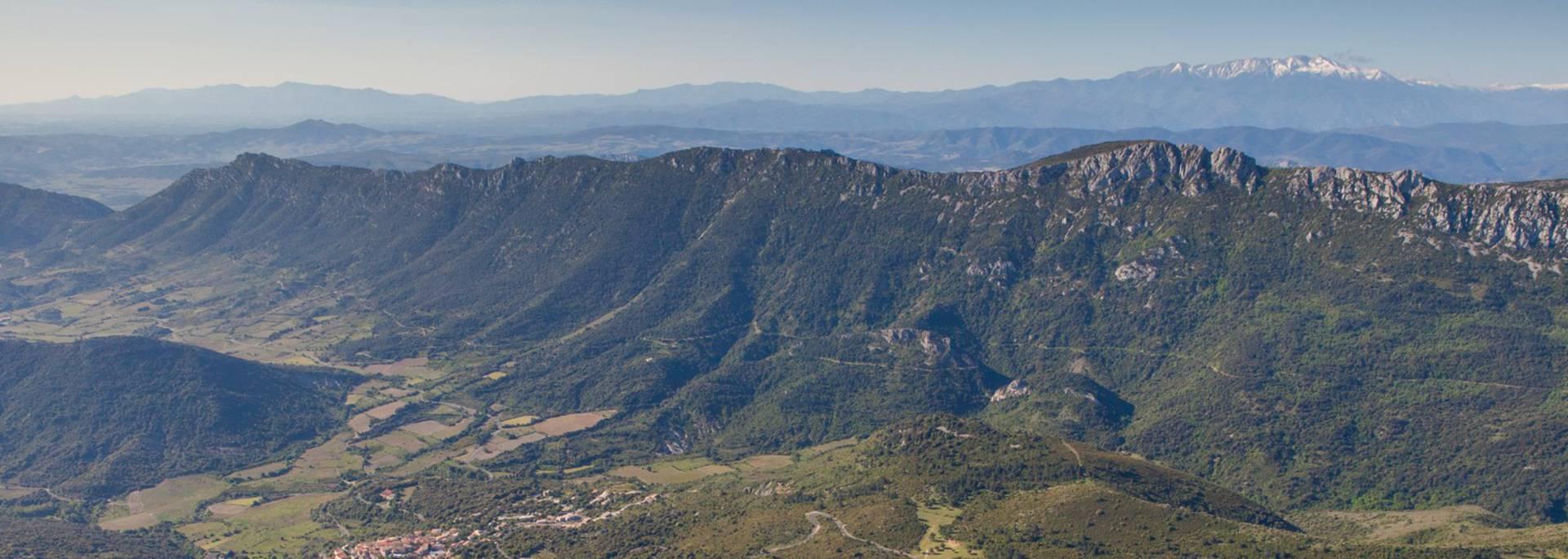Die Burg Peyrepertuse,  die verschneiten Pyrenäen