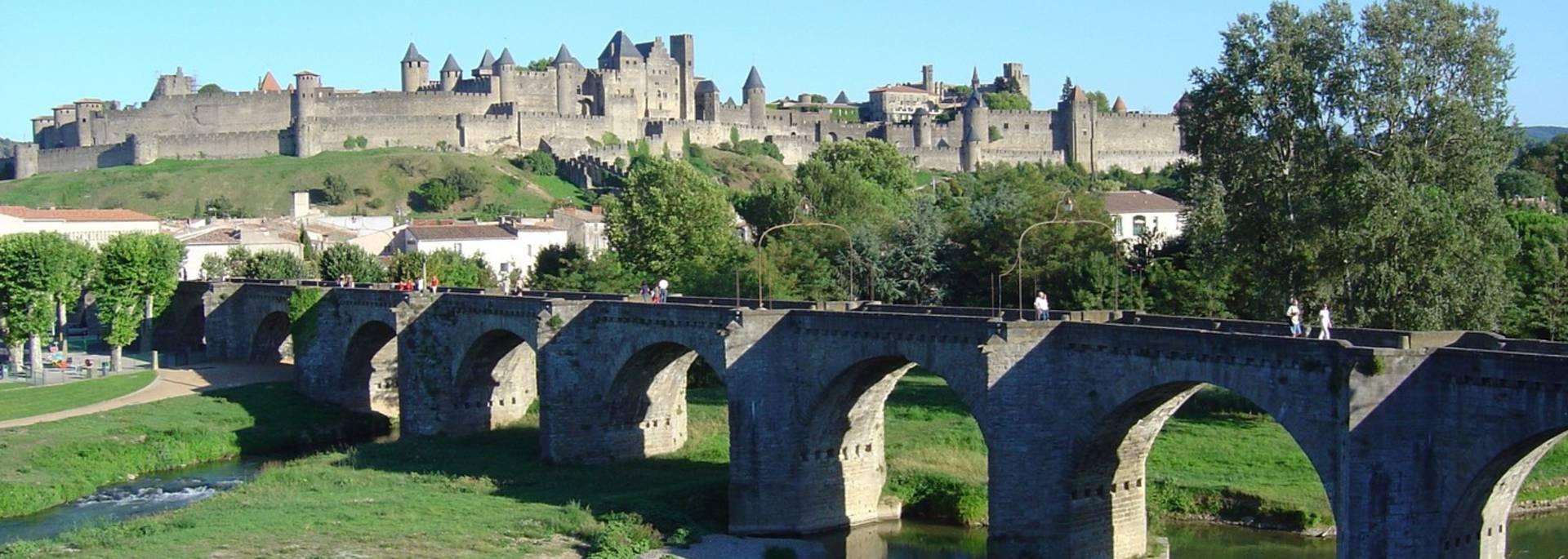 Vue sur le pont vieux et la Cité depuis les bords d'Aude