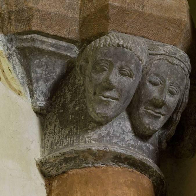 Chapiteau sculpté dans l'église