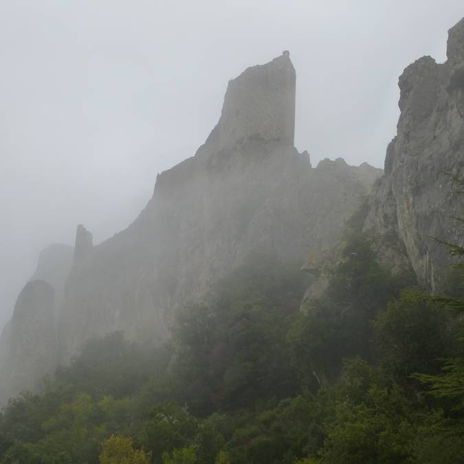 Château de Peyrepertuse sous le brouillard