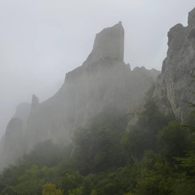 Château de Peyrepertuse sous le brouillard