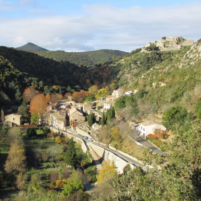 Le village de Termes surplombé de son château