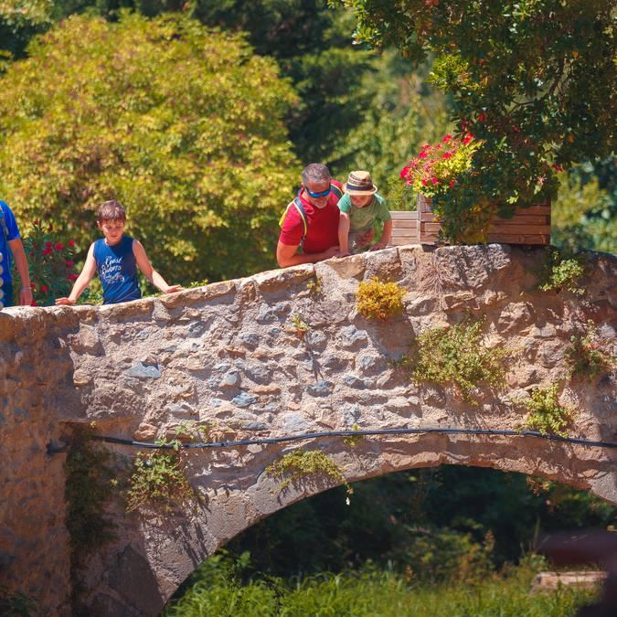 Balade en famille dans le village de Villerouge-Termenès